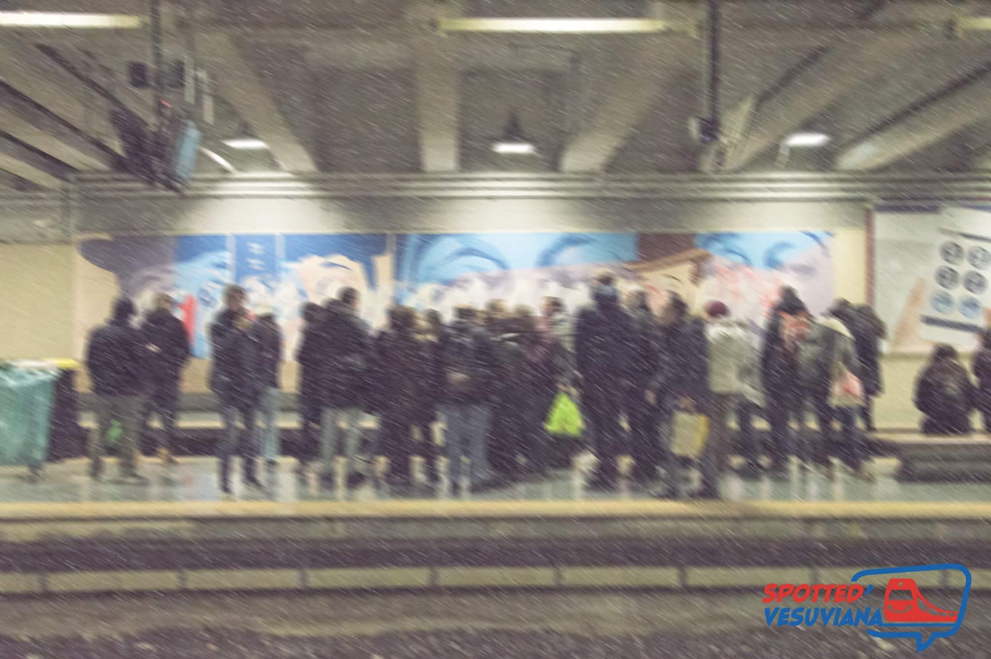 Napoli piazza garibaldi fotografie delle persone in attesa